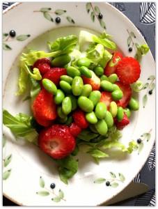 Salat med bønner og jordbær