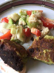 Couscous salat med kikærtefrikadeller