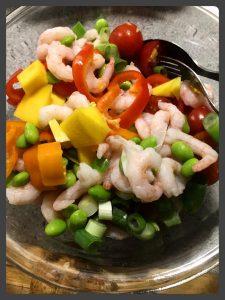 Grøn salat med rejer og mango / sød chilisovs
