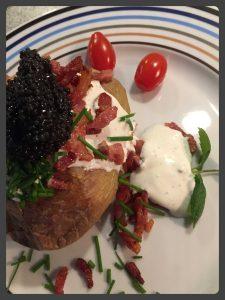 Bagt kartoffel med bacon og kaviar